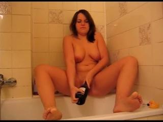 Девушка мастурбирует бутылкой