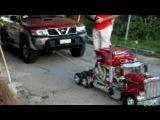 Игрушечный грузовик буксирует машину